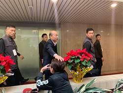 總統政見發表會 記者遭韓國瑜微笑摸頭