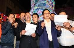 韓國瑜、張善政板橋耶誕快閃 齊唱《奉獻》、《我相信》