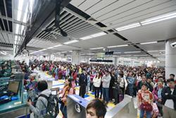 香港持續示威 市民轉往深圳過節 入境關口擠爆