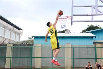 花蓮監獄耶誕公益賽 九太籃球隊展現灌籃秀