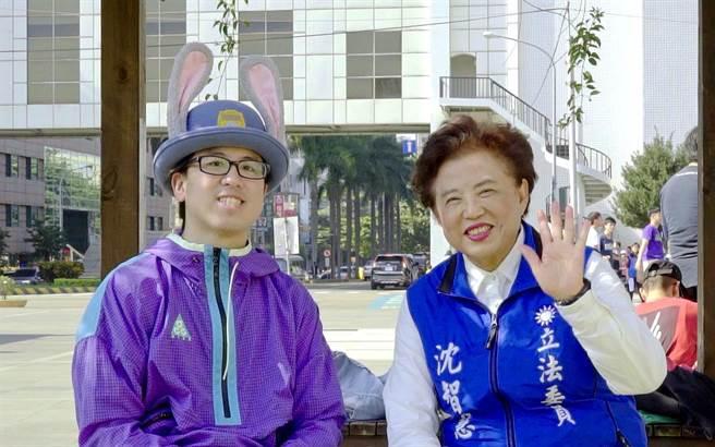 台中市1名綽號「阿剛」(圖左)的街舞老師,致贈「台中街舞」影片給藍營立委候選人沈智慧(圖右),預祝高票連任成功。(翻攝照片/張妍溱台中傳真)