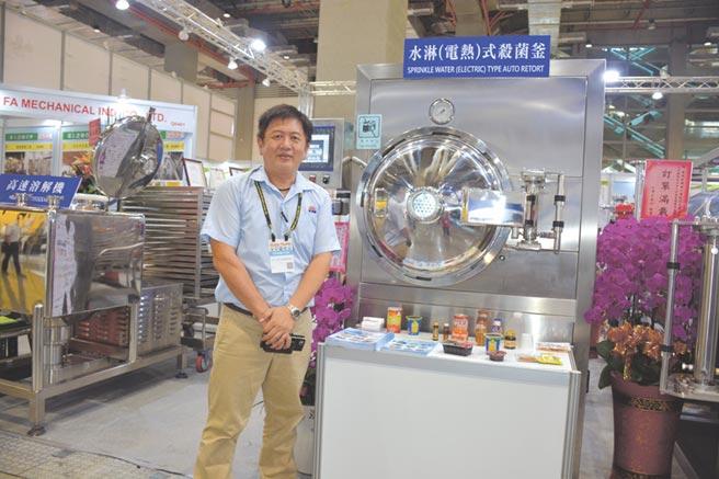 金瑛發公司專案經理施永哲大力推廣高溫高壓殺菌設備。圖/李水蓮