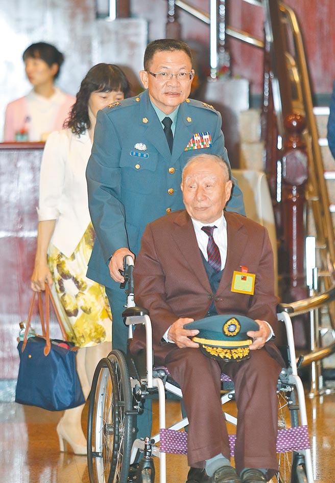 國軍年度體能鑑測,三項測驗獲得「滿百」成績的花防部指揮官李榮華(中)推著年邁父親的輪椅與會分享軍旅生涯光榮一刻 。(陳怡誠攝)