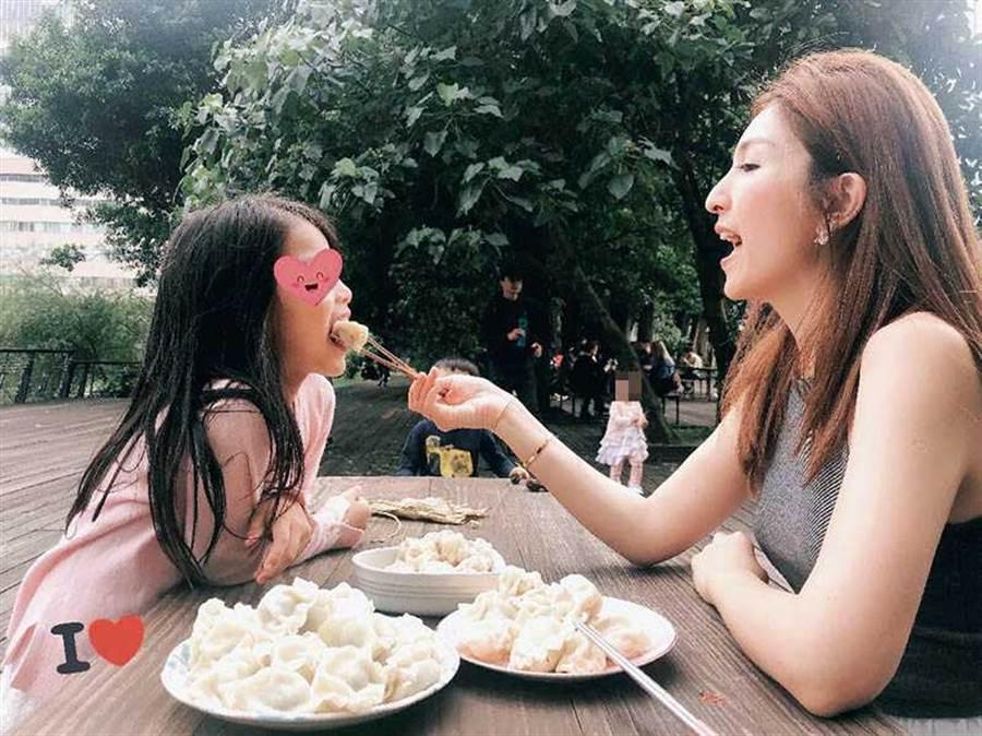 阿翔及Grace研發半年推出「翔食堂水餃」,夫妻倆露臉賣餃子外,也讓女兒小泡芙試吃推薦。(圖/翻攝自五味食集臉書)