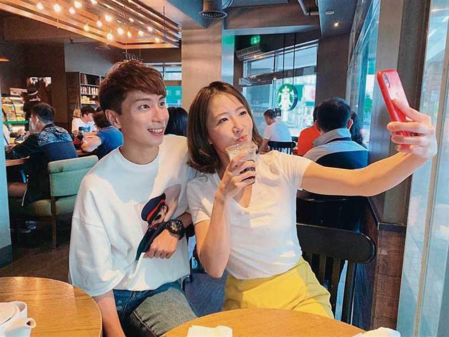 有意往海外發展的謝忻,與丘俊鑫在咖啡店談合作,還開心合照,最後卻因價碼談不攏破局。(圖/翻攝自謝忻IG)