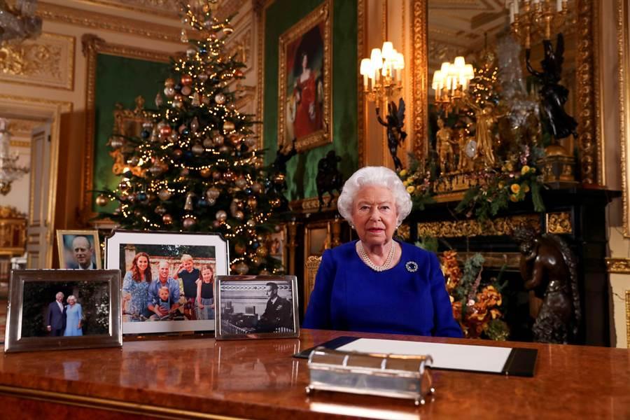 英國女王今年發表年度耶誕節演說時,桌上已不見孫子哈利與孫媳梅根,還有次子安德魯王子的照片。(路透)