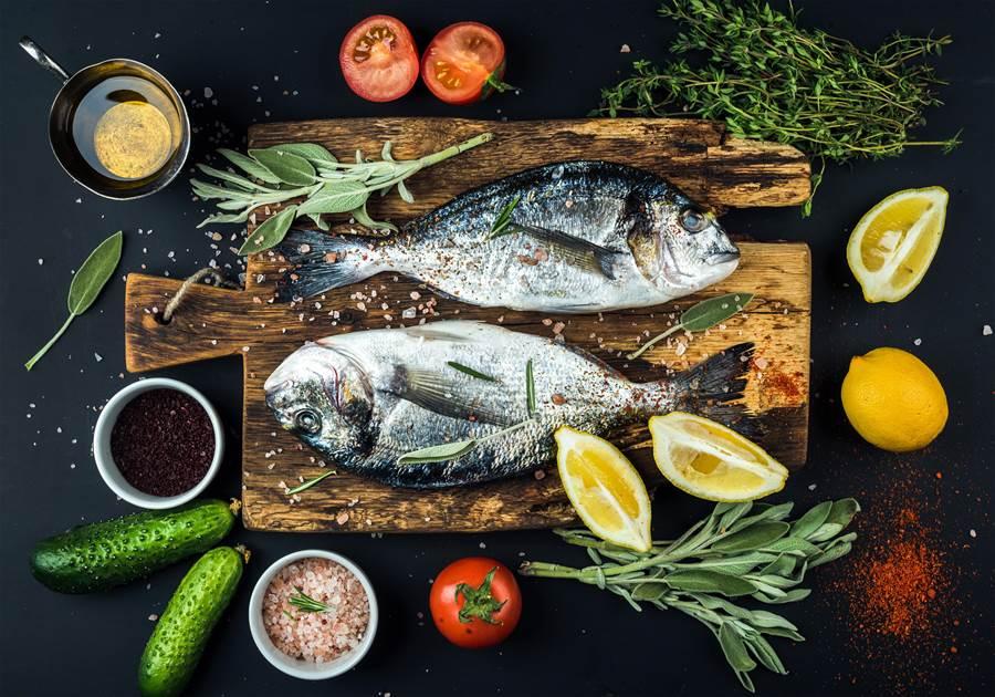 吃魚的好處很多,不過營養師提醒患有高血脂的人最好少吃這種魚。(圖/Shutterstock)