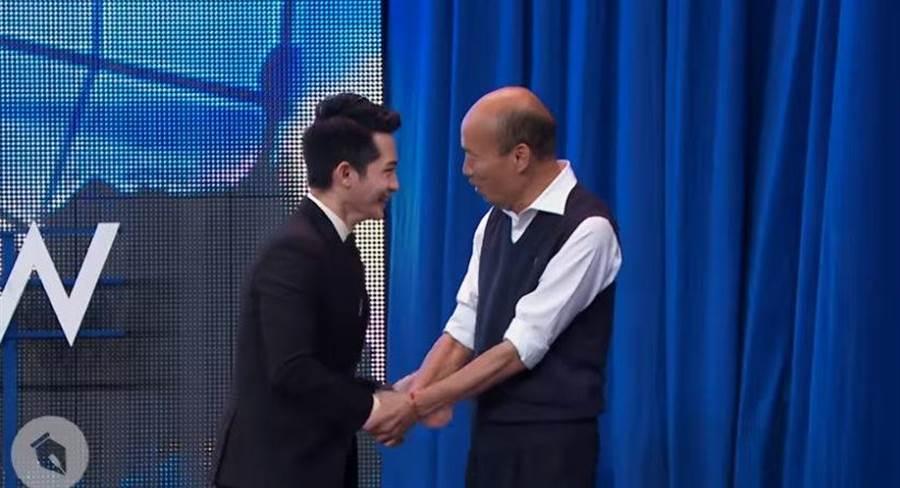國民黨總統參選人韓國瑜(右)接受網路脫口秀節目《博恩夜夜秀》專訪。左為主持人博恩。(擷取自YOUTUBE/  STR Network)