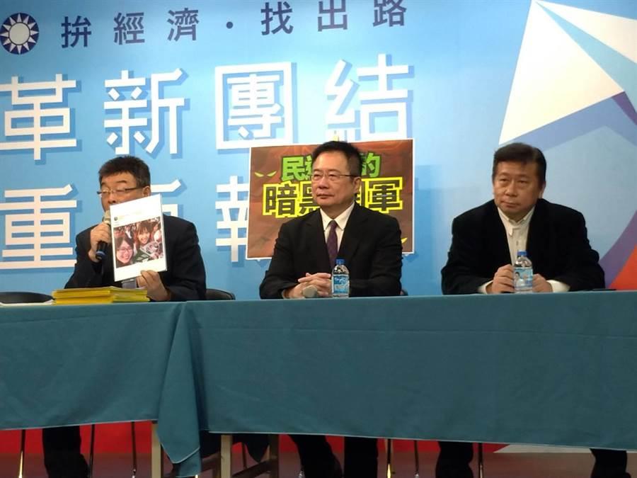 邱毅(左起)、蔡正元及張顯耀上午再爆民進黨養暗黑網軍。(黃福其攝)