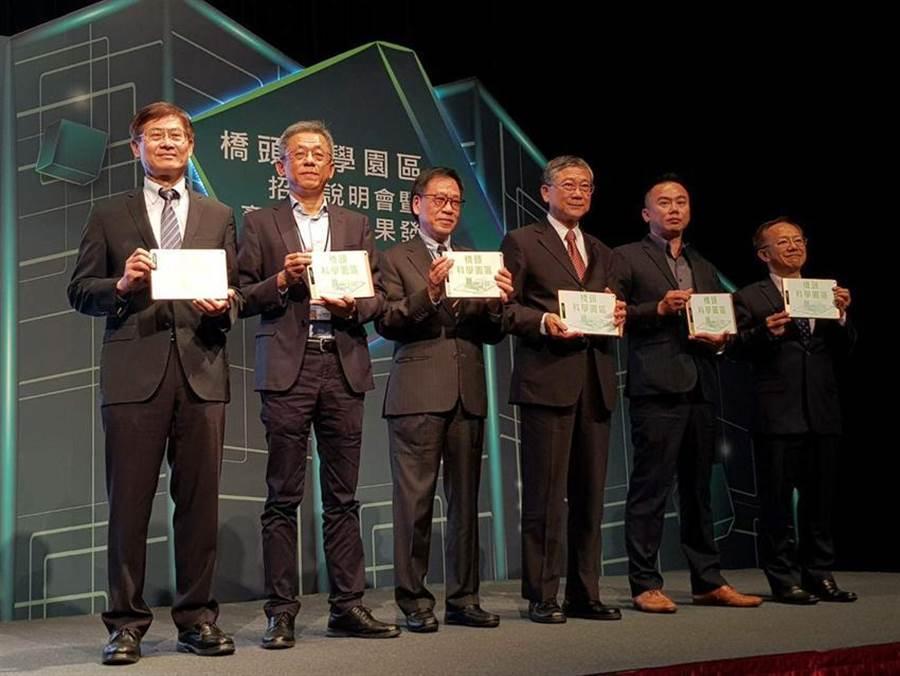 在科技部政務次長許有進(左一)的見證之下,智崴執行長歐陽志宏(左二)簽約進駐橋頭科學園區。(圖/顏瑞田)