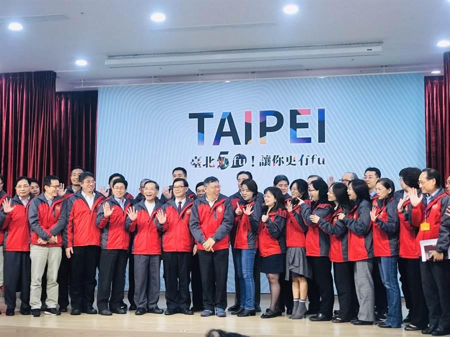 台北市長柯文哲(中)與台北市副市長黃珊珊一度開玩笑,想比民眾黨的號碼「15號」。(張穎齊攝)