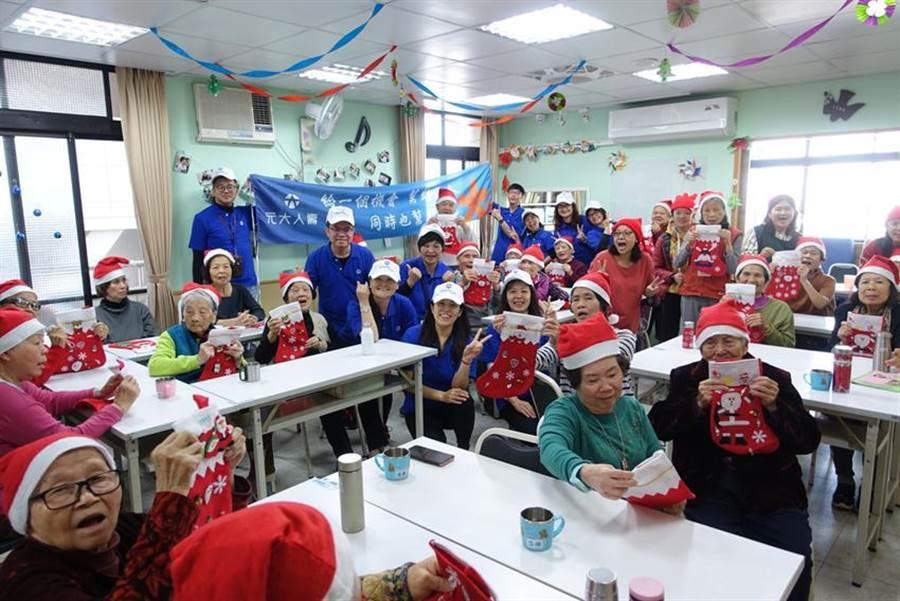 元大人壽志工團造訪台中甘霖基金會人瑞家園,陪伴近30位阿公阿嬤打造獨一無二的耶誕襪,歡度溫馨創意的耶誕佳節。(圖/元大人壽提供)