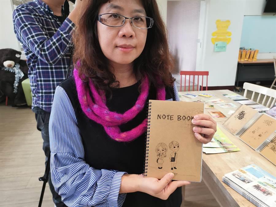 興華高中美術班的手繪筆記本,也是校內熱門搶手貨之一。〔謝明俊攝〕