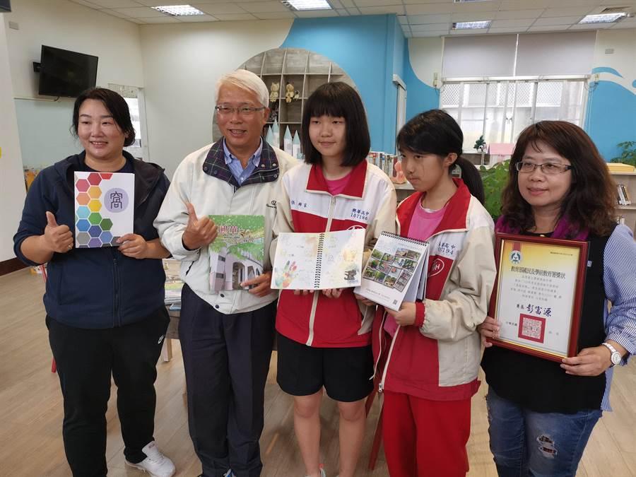 興華高中校長胡文生〔左二〕很重視學生美學及文創教育。〔謝明俊攝〕