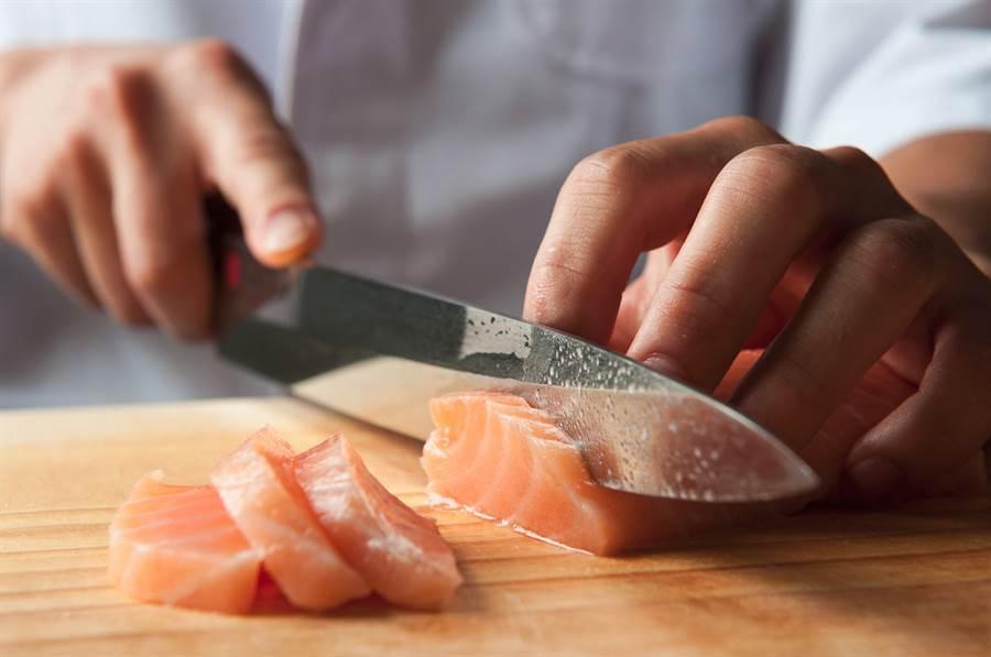 買超市的魚自製生魚片?網曝恐怖下場。(達志)