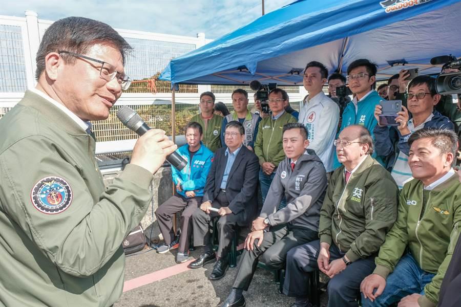 交通部林佳龍(左)指五楊高架延伸案總經費約750億,完工後未來新竹到台北只要45分鐘。(羅浚濱攝)
