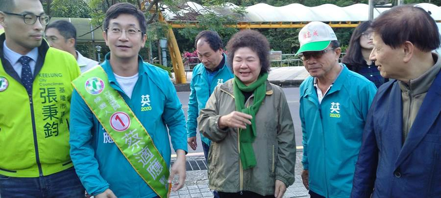韓國瑜辯論批評總統府遭祕書長陳菊(中)架空,陳菊在基隆反擊民進黨廉能大家攏「呵咾」。(許家寧攝)
