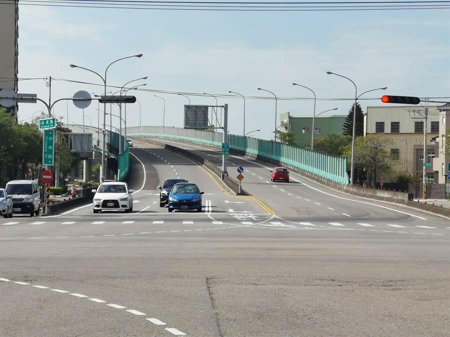 連結頭份、竹南間的重要橋梁清寧陸橋,將自本月30日開放機車通行。〔謝明俊攝〕