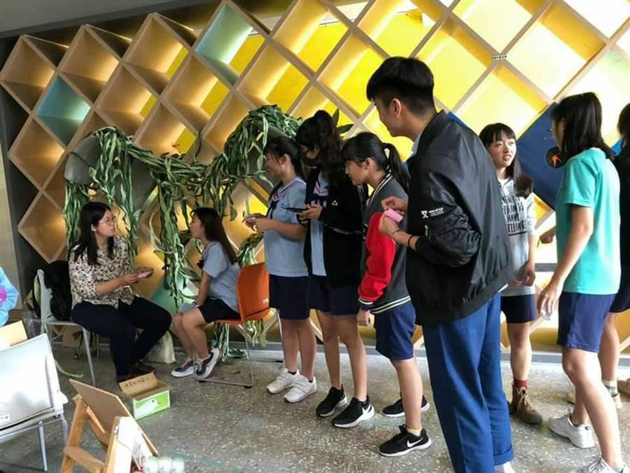 台南市家齊高中國文科耶誕節首辦互動詩展,引發師生熱烈迴響。(洪榮志攝)