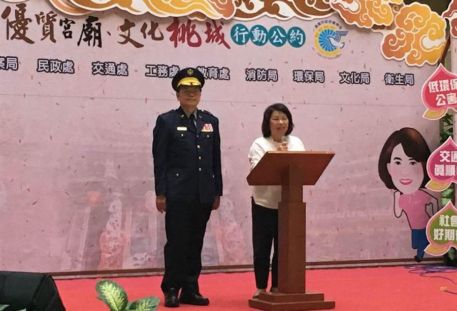 嘉義市長黃敏惠(右)與嘉義市警察局長張樹德號召宮廟簽署自律公約。(廖素慧攝)