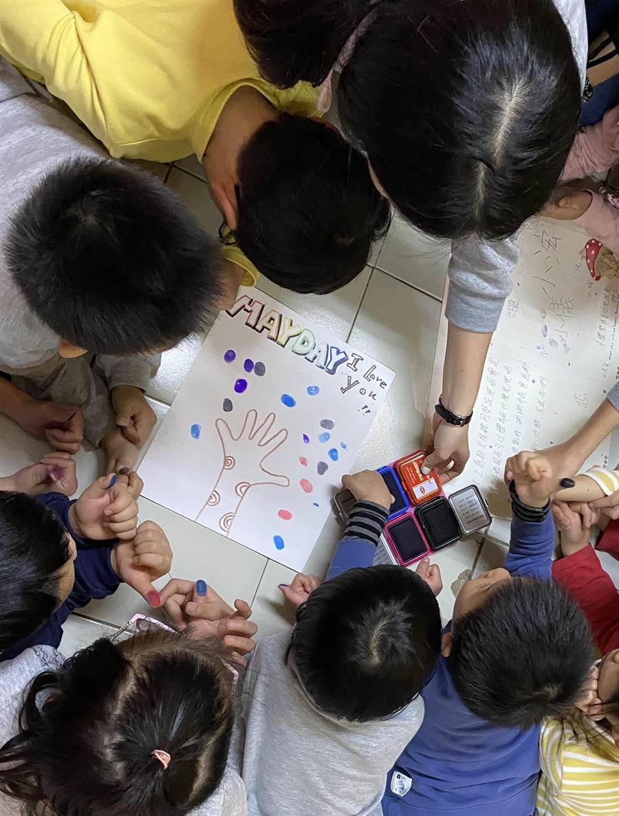 樂活育幼院小朋友期待人生首場演唱會,還畫了可愛的五月天卡片要表達感謝。(楊家俍提供/邱立雅桃園傳真)