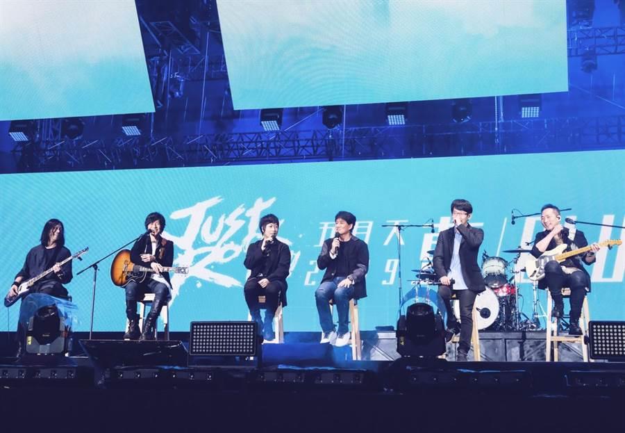 五月天演唱會邀請周華健擔任嘉賓。(相信音樂提供)