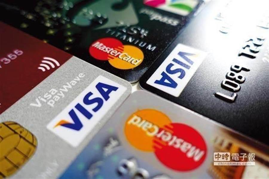 網友提問,該選用哪張信用卡作為主力?貼文一出馬上引發網友熱烈討論,豈料有幾張信用卡一致被推爆。(圖/中時資料照)