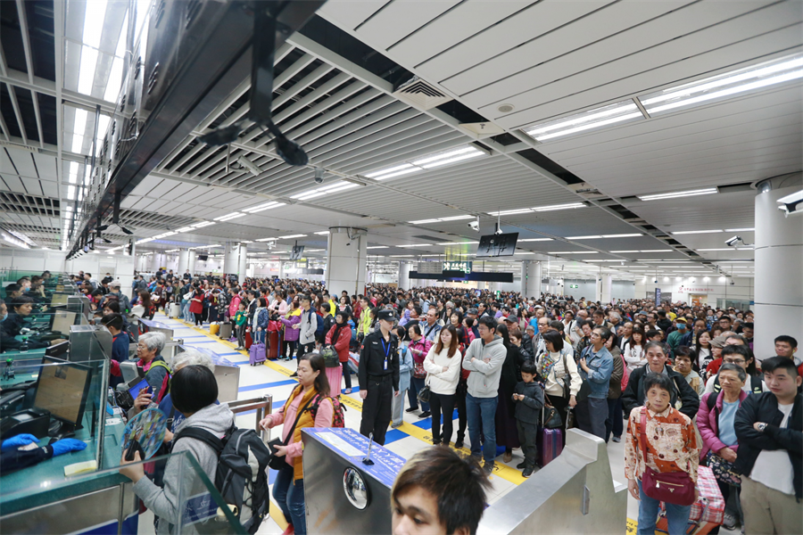 深圳灣查驗通道全開,紓解大量由香港入境旅客。(圖/深圳特區報)