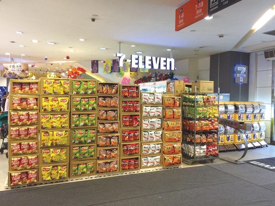 超商迎接跨年人潮,全面備貨應戰!圖為7-ELEVEN位於信義區周邊門市將零食、飲料整箱落地陳列,方便民眾拿取。圖/業者提供