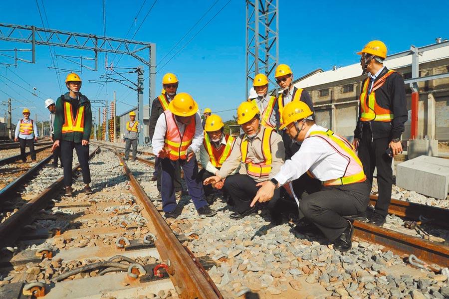 交通部長林佳龍(前右二)視察成功追分線鐵路雙軌化新建工程,強調山海線將獲得串聯,未來效益很大。(林欣儀攝)