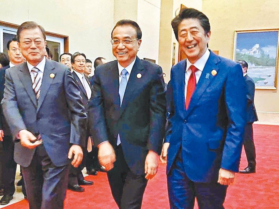 24日,中日韓峰會在成都登場,三方領導人相見歡。(取自日本首相官邸)