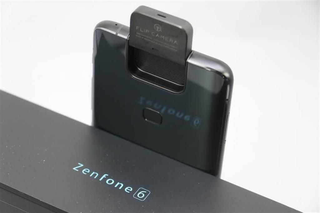 華碩ZenFone 6具備創新的翻轉鏡頭,令人留下深刻印象。(黃慧雯攝)