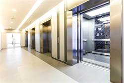 男踩電梯陷阱 30樓高墜落命懸一線