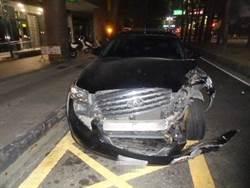 酒駕自撞嗆警 還跳下警車躲酒店