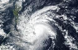 颱風巴逢掃過菲律賓 屋掀電桿倒釀16死