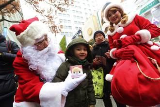 老爸送史上最爛耶誕禮 2歲娃反應百萬網友融化了