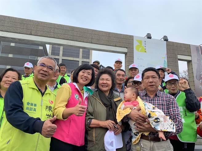 陳菊今上午陪同立委候選人蘇巧慧至鶯歌陶博館門口拜票。(許哲瑗攝)