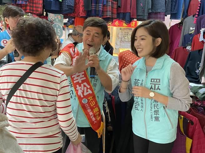 台北市第八選區民眾黨候選人張幸松,找來學姊黃靜瑩掃街拜票。(游念育攝)