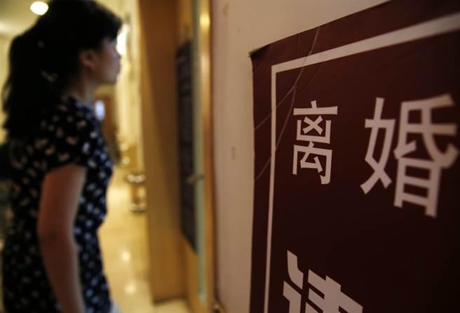 2018年大陸結婚登記人數為1013.9萬對,依法辦理離婚手續的有446.1萬對,離婚結婚比為44%。圖中一位女士在北京一個離婚登記廳門前張望。(圖/中新社)