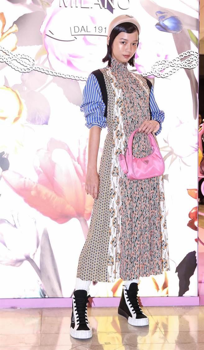 王渝屏喜歡頭上的髮箍,讓她聯想到史丹利庫柏力克的電影女主角。PRADA 2020早春系列印花拼接條紋洋裝1萬500元,Re-edition系列尼龍多功能手提包3萬7000元(獨家),經典三角標誌髮箍7500元。(陳俊吉攝)