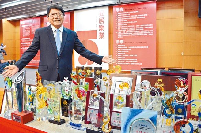 屏東縣長潘孟安拿出滿滿獎盃、獎牌,展現5年來努力拚出的「成績單」。(林和生攝)