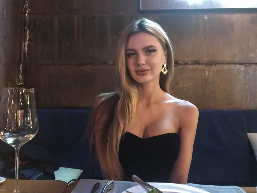 這名網友的烏克蘭金髮辣模前女友,不僅有模特兒身材,豐唇也頗有好萊塢女星安潔莉娜・裘莉的味道。(照片來源:PTT)