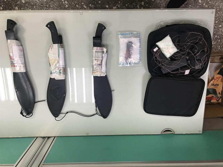 警方查扣行凶的刀械及電擊槍。(板橋分局提供/王揚傑新北傳真)