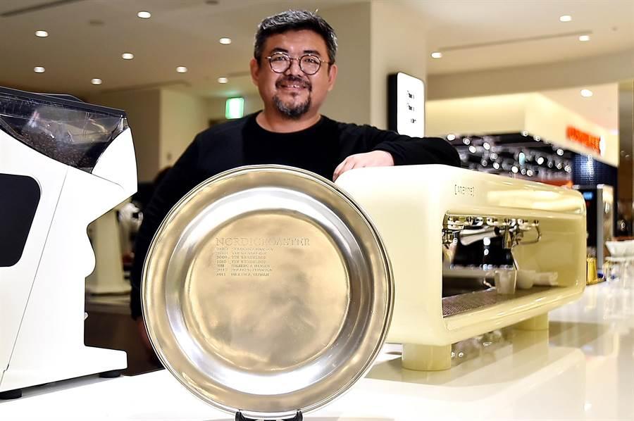〈Fika Fika Cafe〉遠百信義A13門市,放著James陳志煌於2013年得到「北歐盃咖啡烘焙大賽」(2013 Nordic Barista Cup)冠軍的獎盤,在此之前從來沒有北歐以外國家的人得過這個獎。(圖/姚舜)
