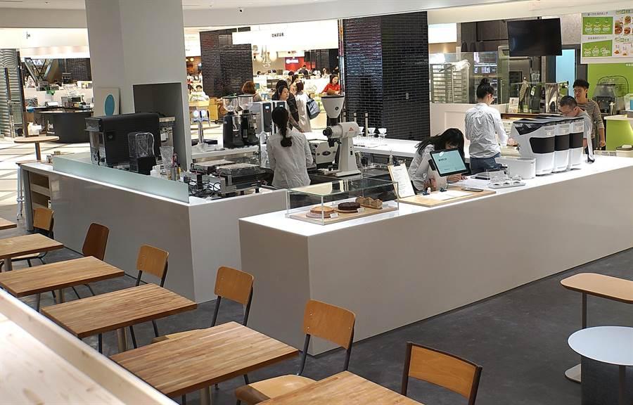 〈Fika Fika〉遠百信義A13門店空間採「劇場式」概念規畫設計,座位區有不同高度層次,坐在較高的閱讀區可以看到全店每個角落。(圖/姚舜)