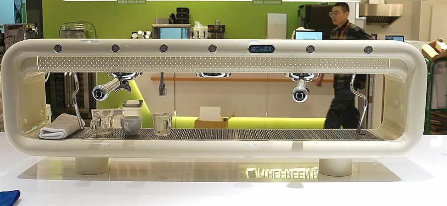 〈Fika Fika〉遠百信義A13門市店內所用的咖啡器具設備,俱都是造型與功能頂尖的精品,其中最搶眼吸睛的是這台AREMDE咖啡機。(圖/姚舜)