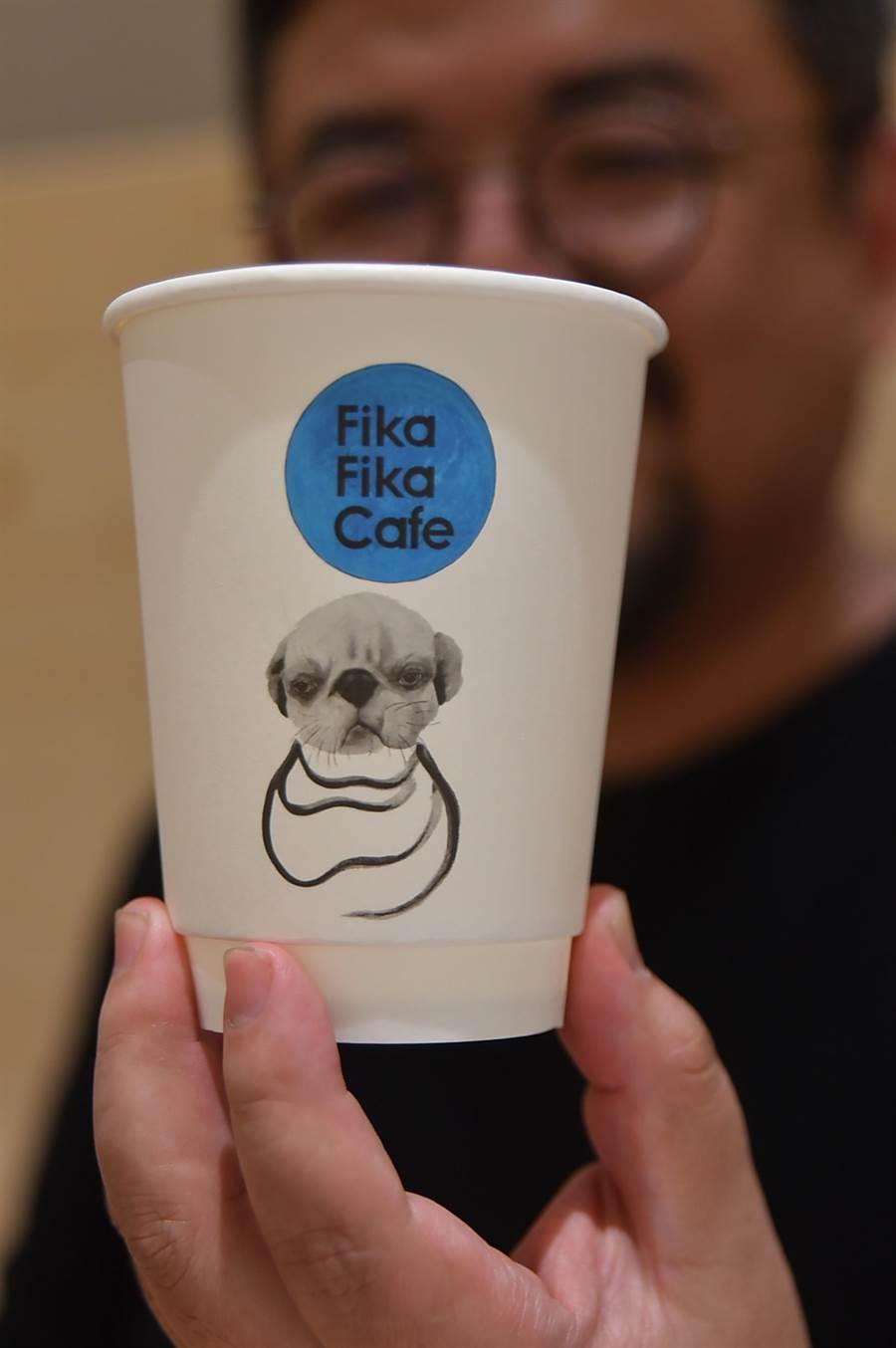 〈Fika Fika〉遠百信義A13門市所用紙杯上的巴哥狗圖案是蔣友柏繪製,藉此寓意咖啡也可以像狗一樣,天天給人溫暖陪伴。(圖/姚舜)