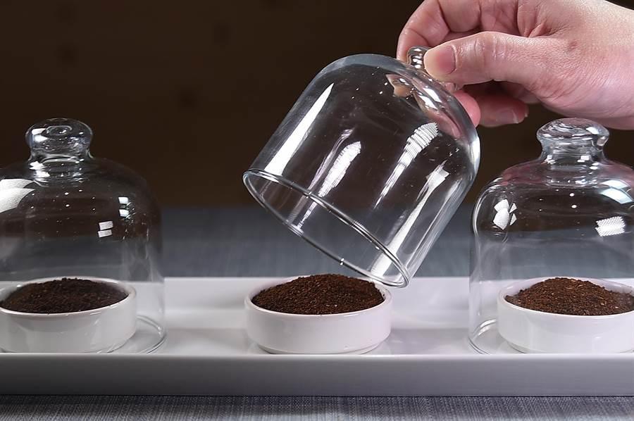 在〈Fika Fika〉遠百信義A13門市品飲咖啡,可選擇不同深淺不同烘焙程度的咖啡豆沖泡出來的咖啡。(圖/姚舜)