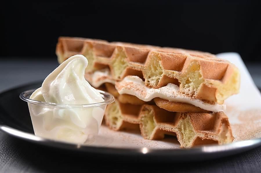 在〈Fika Fika〉遠百信義A13門市可以嘗到以高級奶油作餡的「夾心鬆餅」,並附有手工製鮮奶冰淇淋。(圖/姚舜)