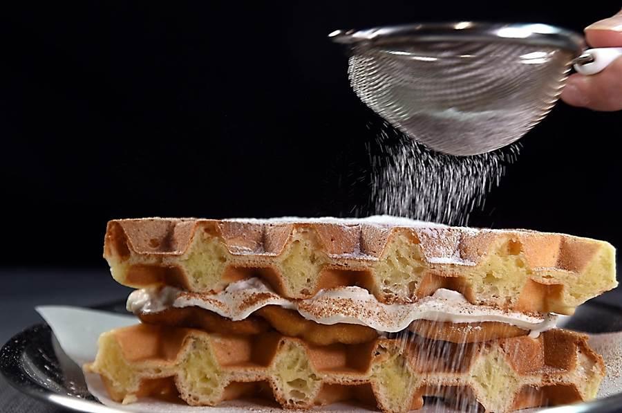像三明治般的〈夾心鬆餅〉,除內餡誘人,外層灑了如雪花般的油霜粉,更加挑逗食慾。(圖/姚舜)